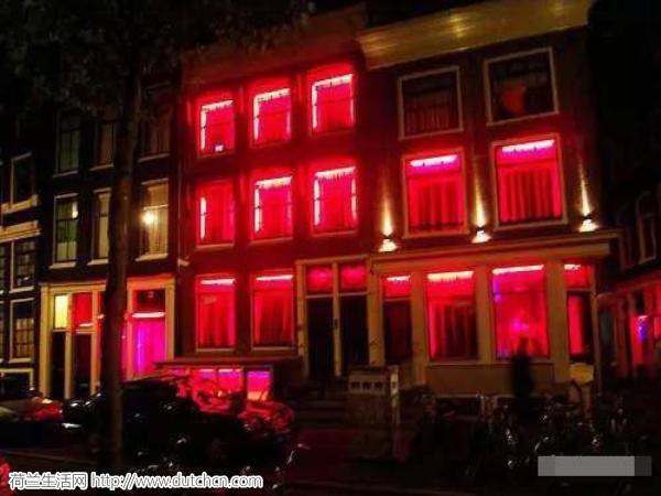 荷兰政府嫌红灯区太乱,于是开了一家示范妓院