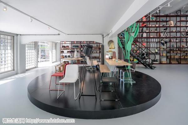顶天立地的深红色货架,成了鹿特丹这家设计商店的一大特色