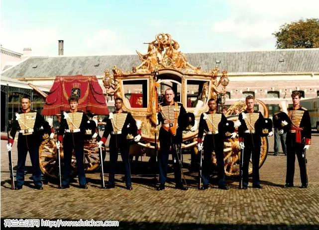 荷兰年度盛典王子日:黄金车虽不在,但还有金光闪闪的玻璃马车啊