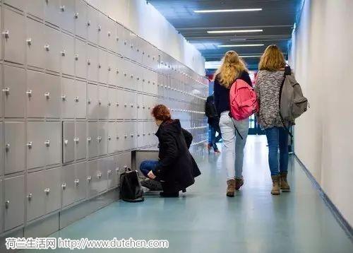 新学期开始,荷兰数千名中学生却没有教科书