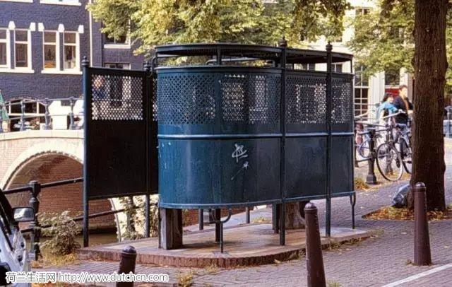 荷兰女子因为在公共场合小便被抓被罚款140欧,因此掀起了一场女权风波!