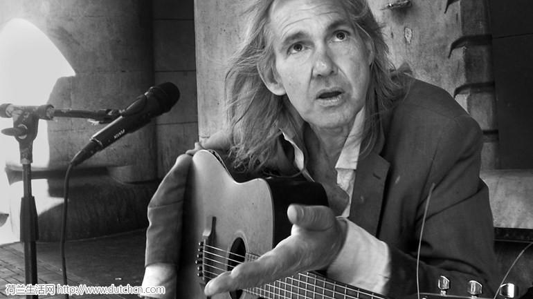 海牙街头灵魂歌手离世后,暖心的荷兰人用这种方式永远留住了他