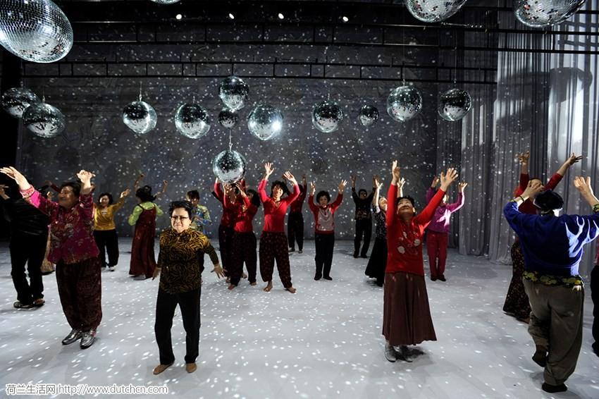 韩国大妈舞蹈团登陆荷兰!已征服世界的中国大妈不服:来尬舞!