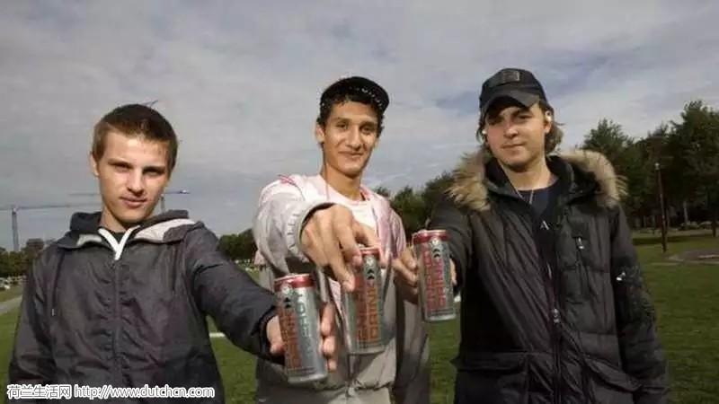 """荷兰青少年偏爱能量饮料令人堪忧,据称""""不喝就没法上课""""!"""