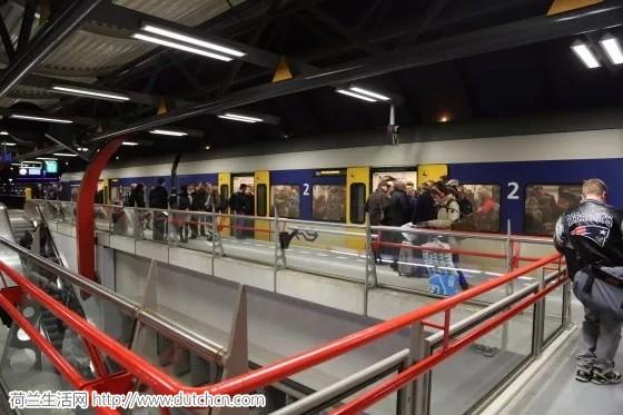 NS声称荷兰火车服务今早已经基本恢复正常, 此次风暴造成的损失超过9000万欧