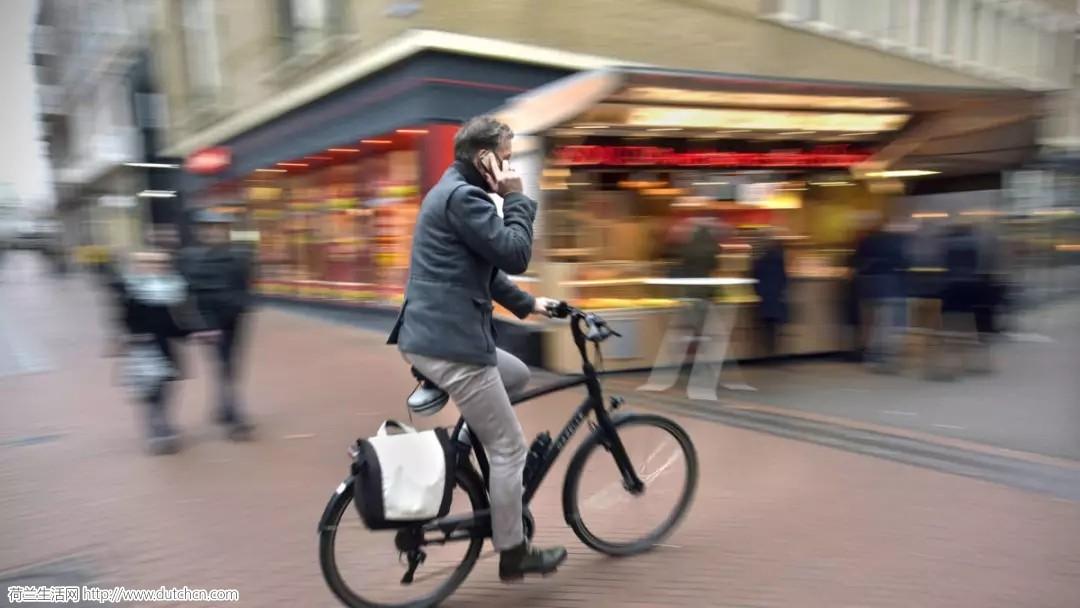 荷兰人骑自行车时打电话、听音乐到底危险系数多少?
