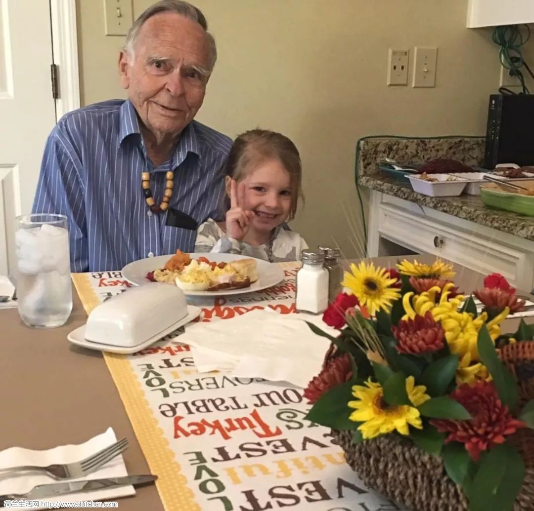 4岁小萝莉搭讪82岁老人,竟不小心治愈一个孤独的灵魂