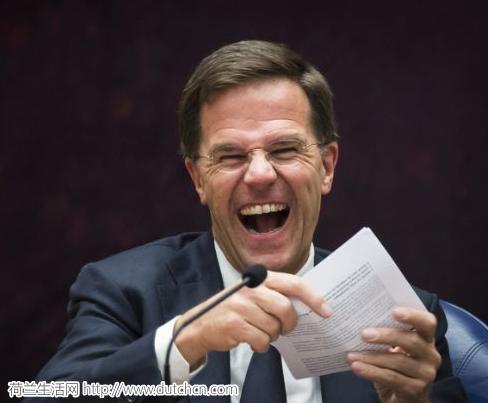 """荷兰首相又火了:咖啡撒了自己擦,被人围观""""群嘲""""…停车还没车棚…"""