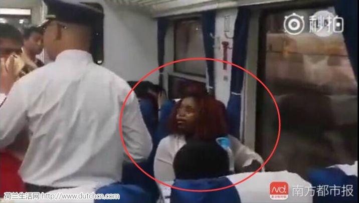 外籍女国内乘火车霸座还向人群泼水,在国外你还敢这样得瑟?