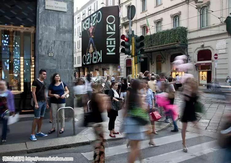 中国女孩在奢侈品街被抢7000欧! 歪果仁的反应却是这样的...