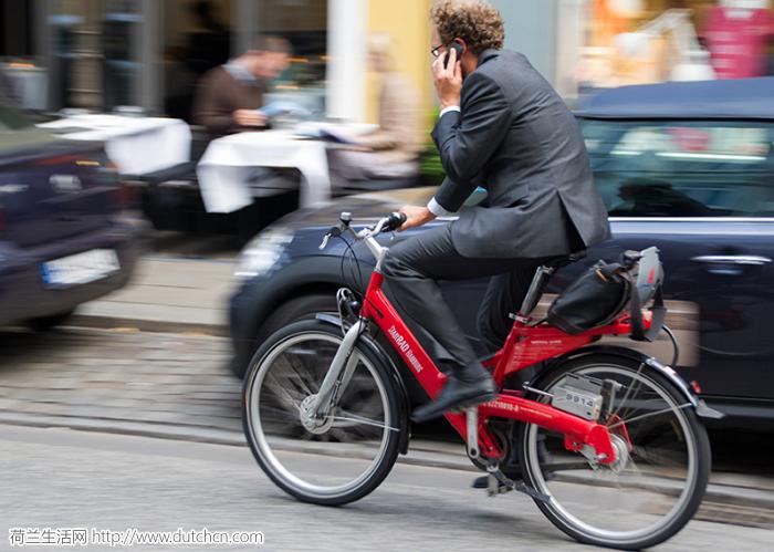 荷兰立法禁止边骑自行车边玩手机 预计明年七月生效