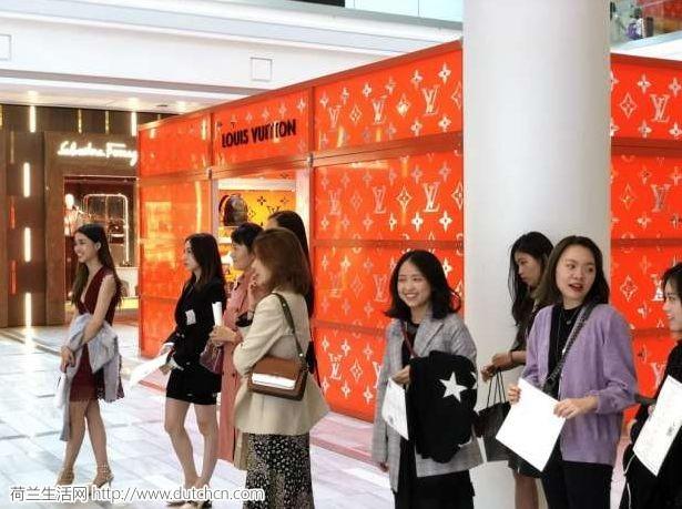 惊呆外媒!中国留学生国外包场壕购,知名品牌为抢夺留学群体都拼了!