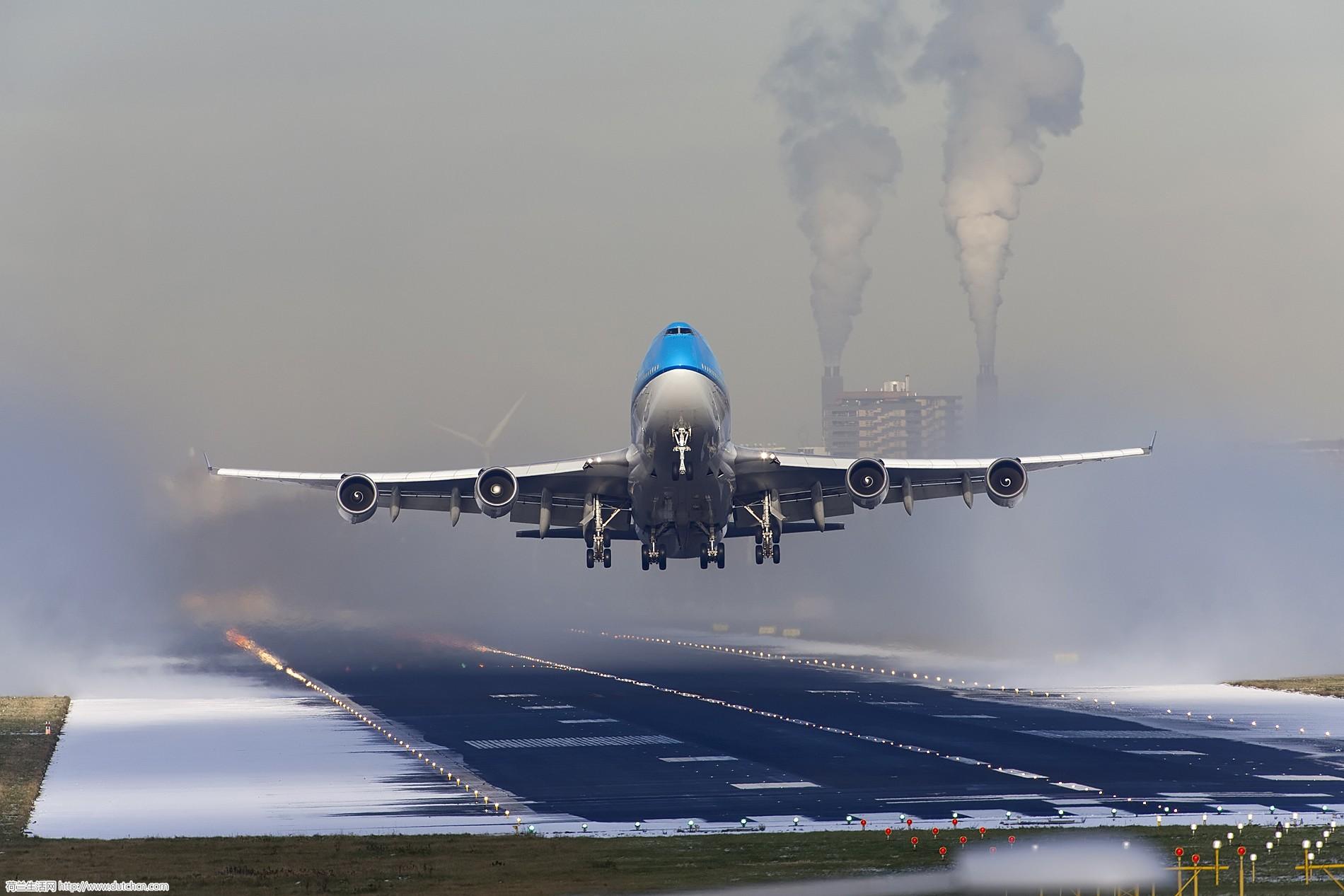 KLM_B747_Take_off_18L_snow_blasting_(8251202935).jpg