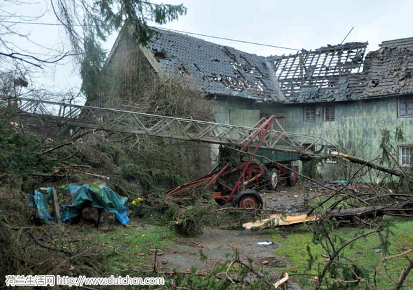 靠近荷兰边境的德国小镇遭遇龙卷风袭击(视频)