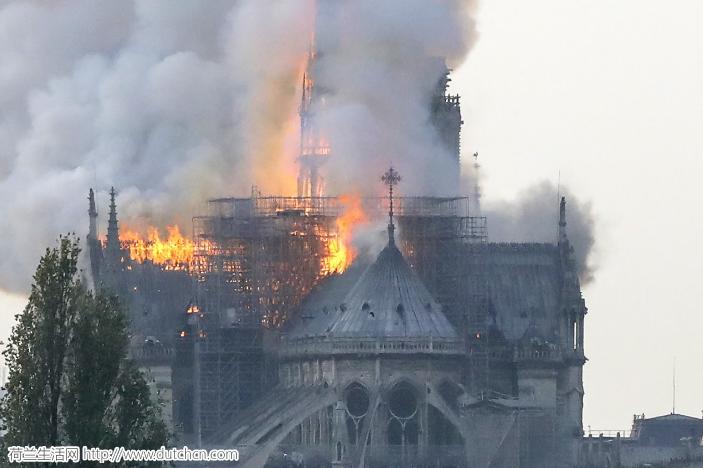 滚动更新:法国巴黎圣母院遭遇大火,塔尖已烧塌,起火原因未知