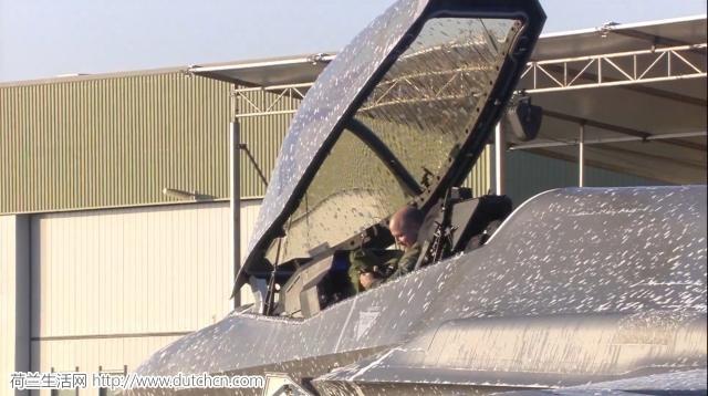 荷兰喜迎首架F-35战机 却在过水门仪式中错喷泡沫