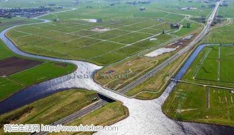 荷兰脑洞大开的一座桥,河下开车河上划船,你能想象得到吗?