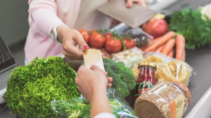 为避免接触,荷兰呼吁超市客户刷卡付款