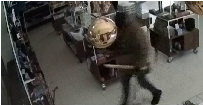 梵高画作被盗监控录像曝光,盗贼的工具仅仅是一把锤子……