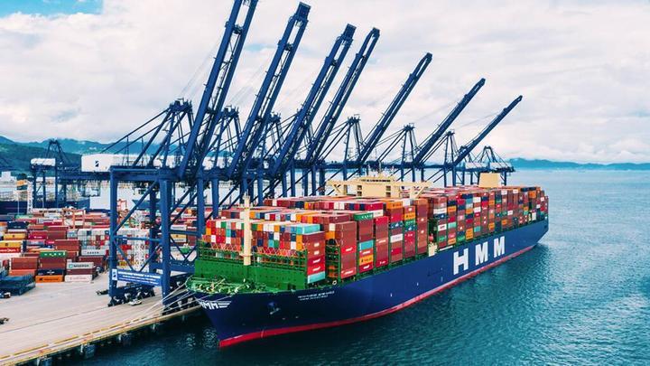 全球最大集装箱货轮停靠鹿特丹港