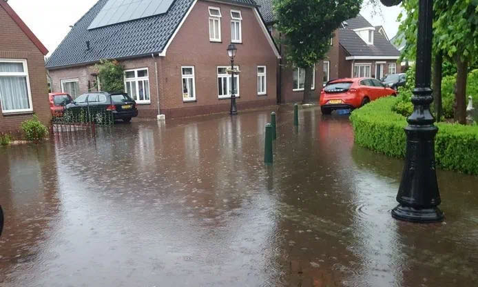 """荷兰不怕水浸?多省黄色雷暴预警,路边民宅秒变""""江景房""""…"""