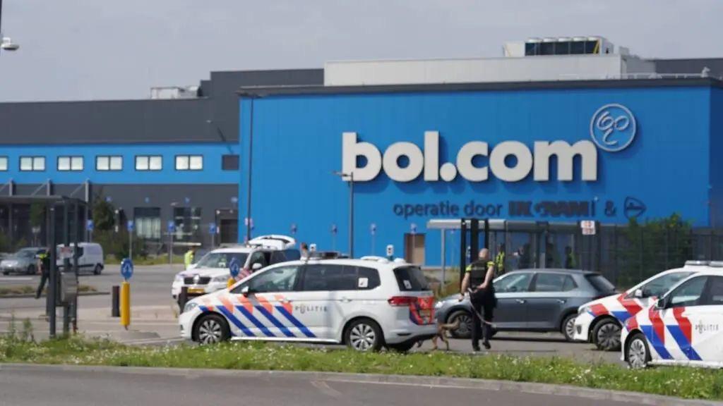BOL配送中心发生离奇劫案,劫匪只为拖延配送时间几小时?