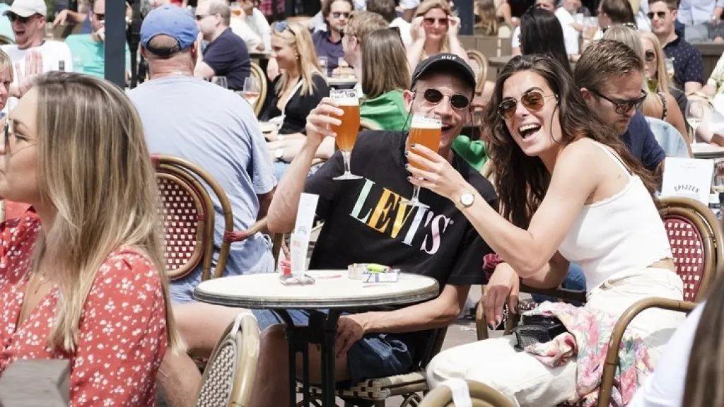 疫情下的荷兰人社交现状:派对、拥抱、亲吻…34%的年轻人不注意保持距离