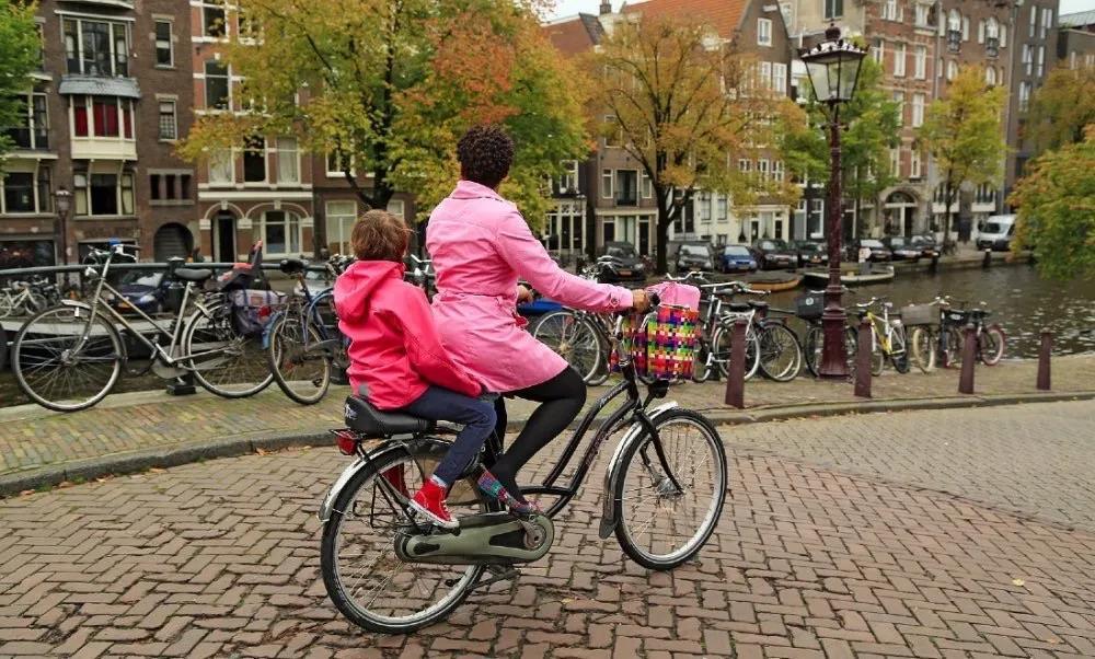 尽量不要开车接送孩子,荷兰道路安全组织提出5项安全建议