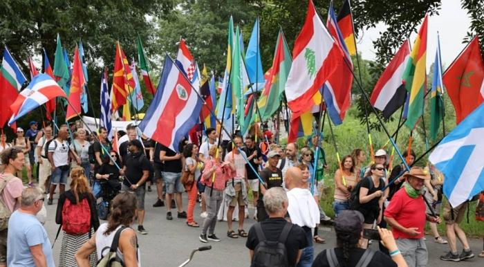 突发!成千上万荷兰民众示威游行,无人戴口罩,高喊要自由