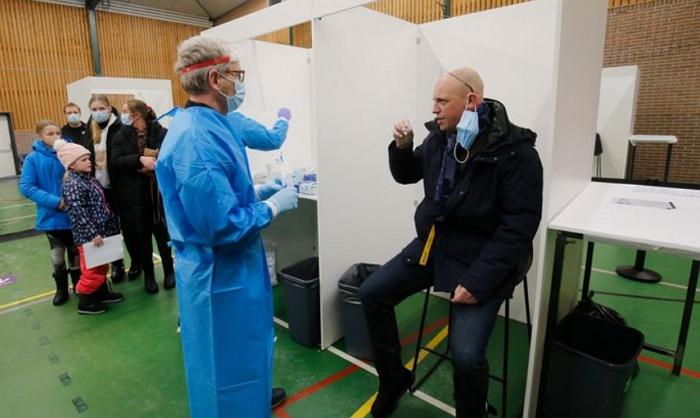 荷兰人开始使用漱口水测试新冠,含一口蒸馏水,漱口大概10秒…