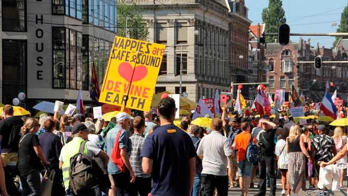 超2万荷兰人进行新冠抗议游行,其中还有一批儿童,高举自由横幅